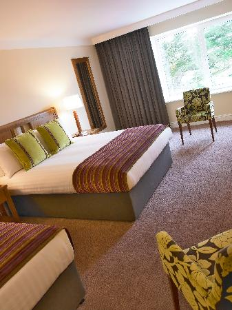 Garryvoe Hotel: Family Room Double and 2 Single beds with ample room