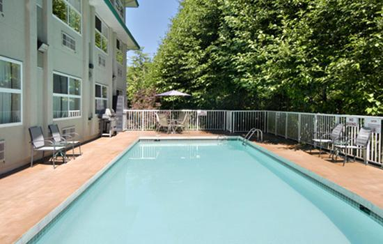 Four Points by Sheraton Surrey: Outdoor Pool