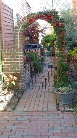 The Schooler House Bed & Breakfast: Walking to the back garden
