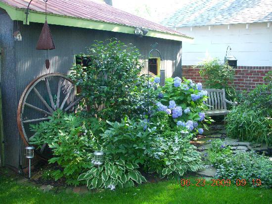 The Schooler House Bed & Breakfast: The Garden Room