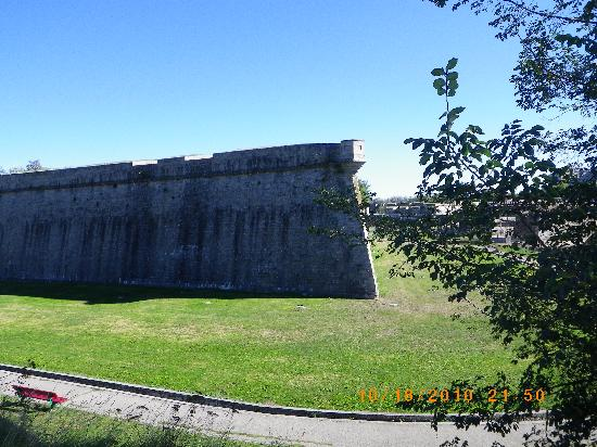 Hotel Blanca de Navarra: Ancient walls of Citadel of Pamplona