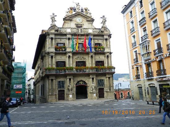 Hotel Blanca de Navarra: Pamplona city hall square