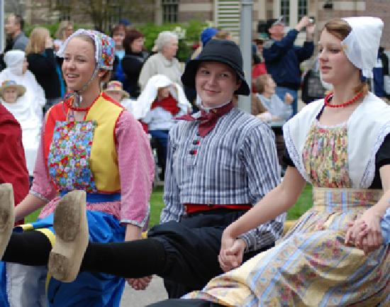 Голландия, Мичиган: The Tulip Time Festival is held every year in early May.