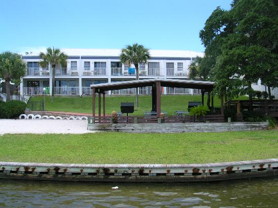 Marina Bay Resort: Picture of resort from their boat dock