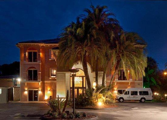 Tahitian Inn Hotel Cafe & Spa: Exterior Night