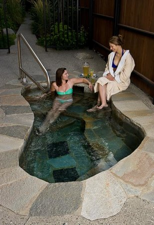 Hotel Pension Anna: Rock-lined outdoor soaking tub is heated year round