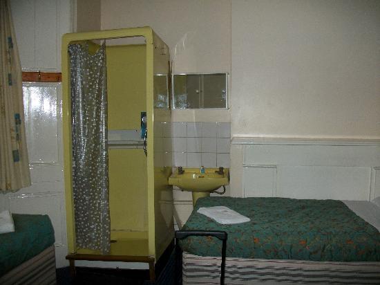 Acropolis Hotel: douche en métal rajourée dans la chambre