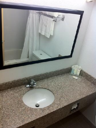 Comfort Suites: Bathroom in Nonsmoking King