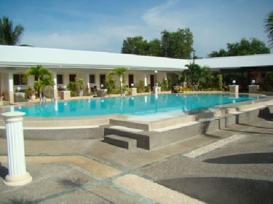 Panglao Regents Park Resort: The pool.