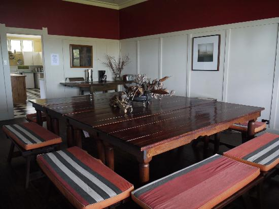 Karbeethong Lodge: Dining room -- great idea to have four tables and benches all around