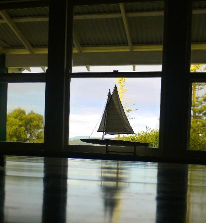 Mallacoota, Australia: Pretty decor, too.  The reflection is in the dining table.