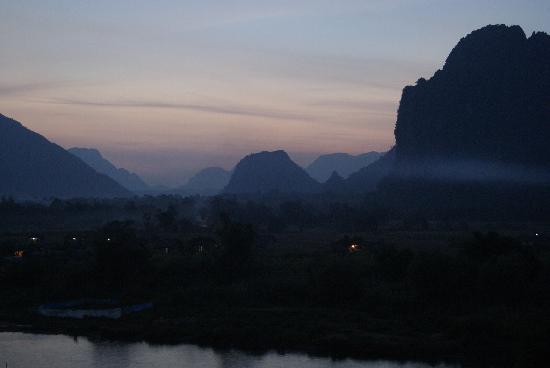 Vang Vieng, Laos: Blick über die Karstberge bei Sonnenuntergang