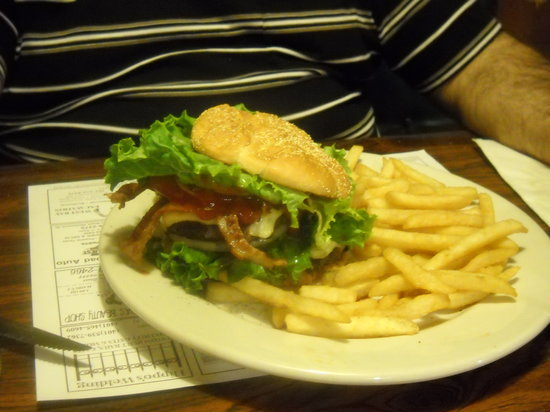 Boucher's Wood River Inn: Big Burgers