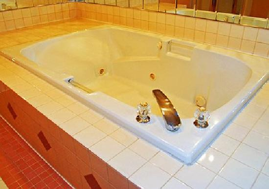 Quality Inn: Guest room with whirlpool bathtub