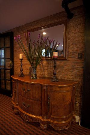 Wilshire Crest Hotel: Lounge Area Cabinet