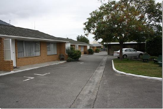 Aalton Motel: The front of each unit has parking and the driveway goes out to a rear lane