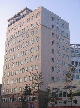Toyoko Inn Seoul Dongdaemun: 外観。大通り沿いですが、夜は静かです。