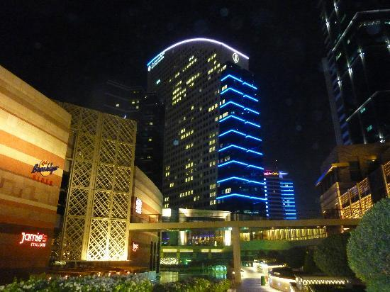 InterContinental Dubai Festival City: The hotel at night