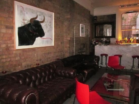 Kelly's Hotel Dublin: Bar area inside hotel