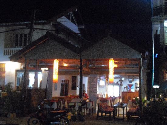 B&P Restaurant Bar: B&P restaurant at night