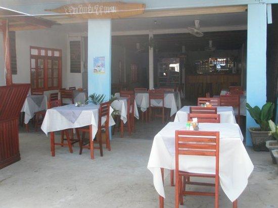 B&P Restaurant Bar: Come in and enjoy the best food in VangVieng