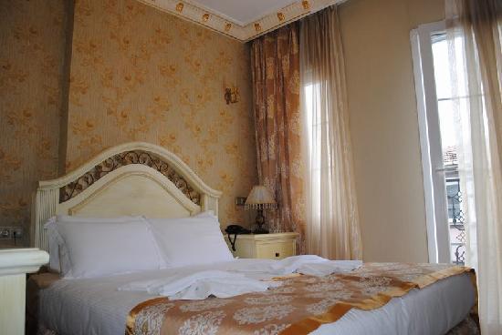 White House Hotel Istanbul: кровать