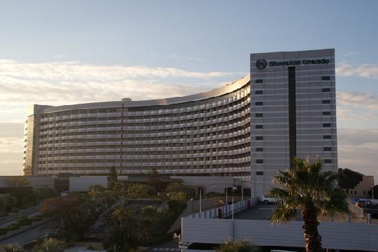 Sheraton Grande Tokyo Bay Hotel : ベイサイド・ステーションから眺めたホテル