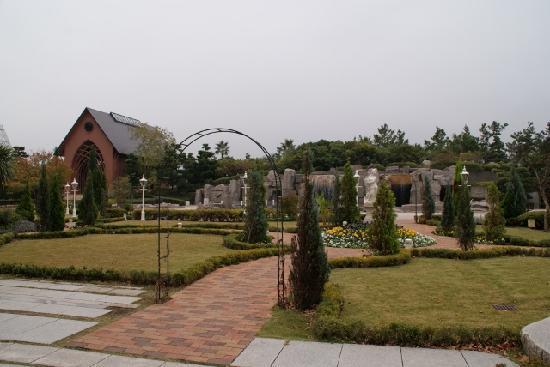 Sheraton Grande Tokyo Bay Hotel : きれいな前庭とチャペル