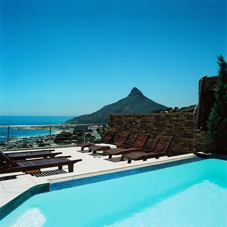 Auberge du Cap: Pooldeck with sea and mountain views