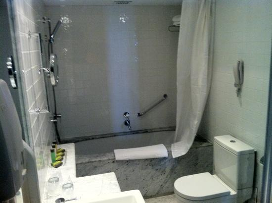Alexander Tel-Aviv Hotel: bathroom