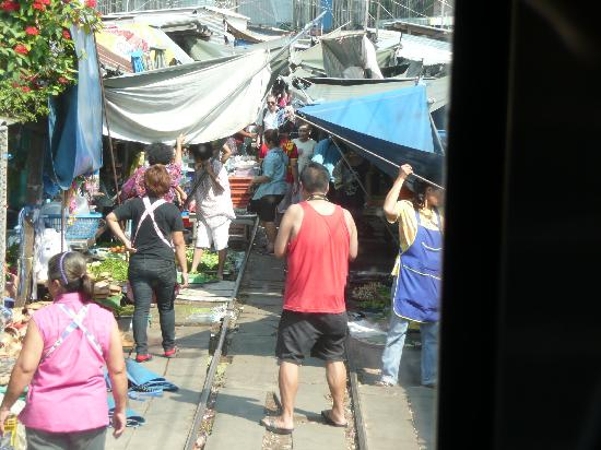 Samut Songkhram, Tajlandia: 絶妙のタイミングで、店をたたみます