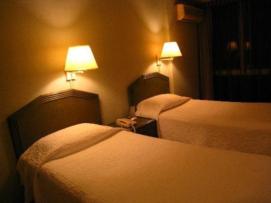 Ewa Hotel: Twin beds.