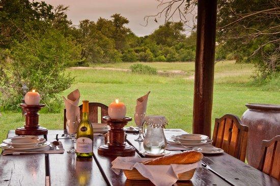 Monwana Game Lodge: Breakfast table with waterhole view