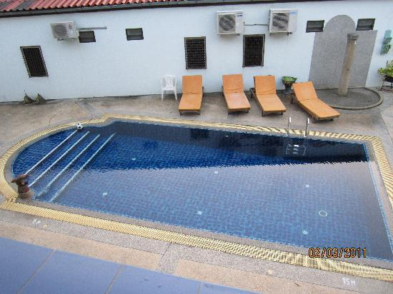 Valero Guest House: Pool.