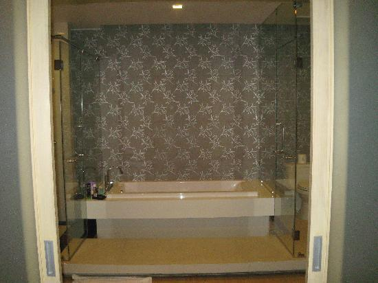 The Lapa Hua Hin Hotel: Well appointed bathrooms