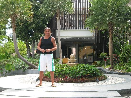 The Lapa Hua Hin Hotel: Again well kept gardens,entrance to restaraunt