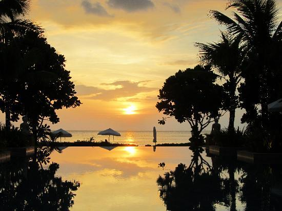 Layana Resort and Spa: The reflection of the sun setting on the pool