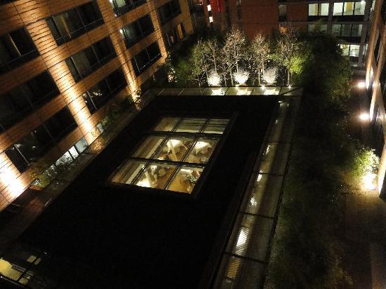 The Mandala Hotel: Innenhof mit Restaurant
