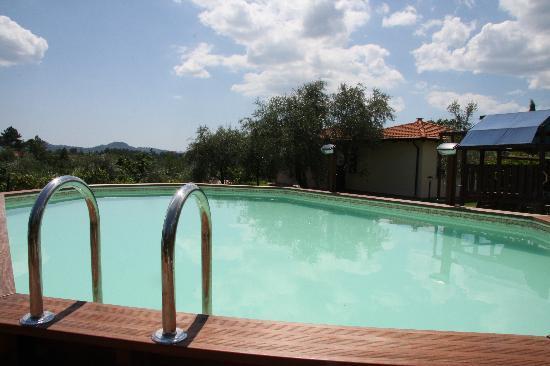 Residence Montebello: La Piscina