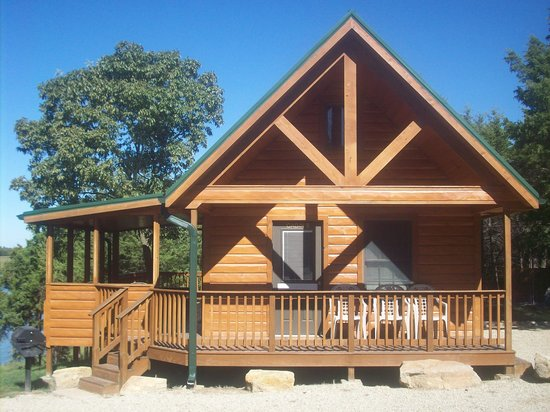 Milford, KS: Rustic cabins overlooking swimming beach