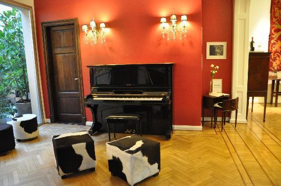 Magnolia Hotel Boutique: the piano in the lobby