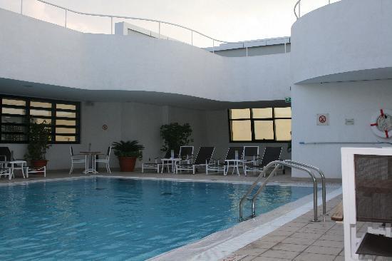 Holiday Inn Abu Dhabi: Hotel pool area