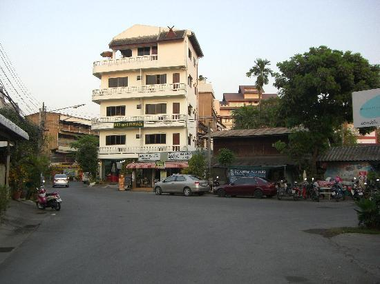 Bed and Terrace Guesthouse Chiang Mai: 表通りから少し入ると見える 外観