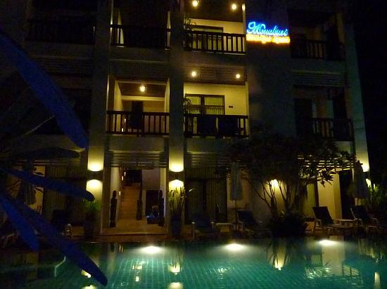 Monaburi Boutique Resort: Hotel by night