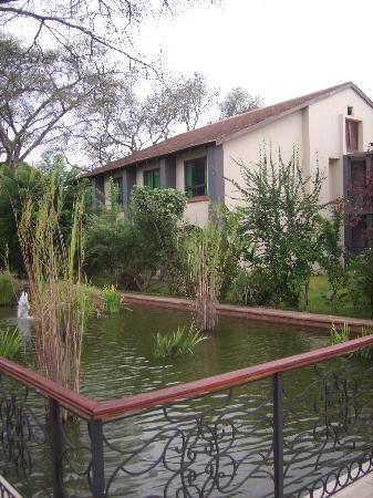 Protea Hotel Livingstone: Room area - windows open for fresh air!