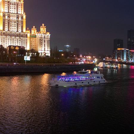 Рэдиссон Ройал Москва: Radisson Royal Cruises right at the hotel's doorstep