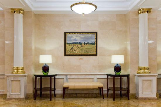 Рэдиссон Ройал Москва: A special attraction of the hotel is the collection of paintings of Russian landscape artists