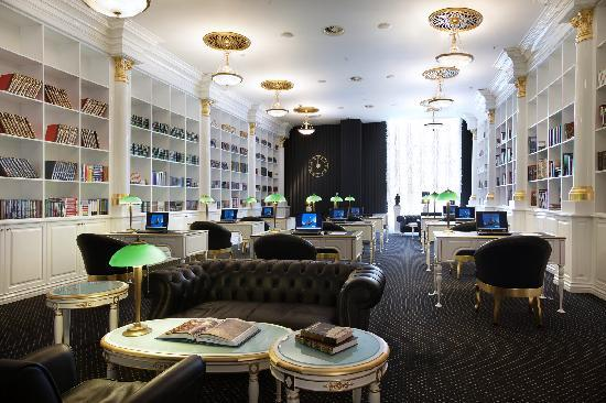 Рэдиссон Ройал Москва: The hotel library was created in the spirit of the Russian intelligentsia