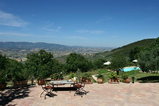 Le Logge di Silvignano: Pool view and garden