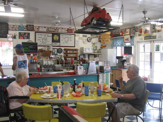 50's Highway Fountain Diner: How cute is this place!!!